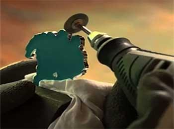 herramienta rotativa puliendo metal