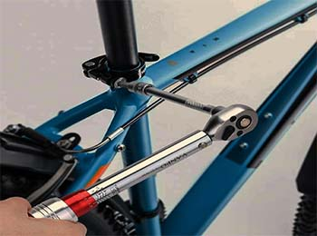 llave trinquete arreglando bici