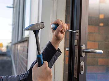 martillo y destornillador ajustando ventana