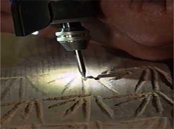multiherramienta giratoria tallando madera