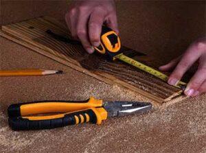 trabajo en madera y alicates y metro midiendo