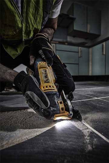 cortando-pisos-con-la-herramienta-multifunciones-oscilatoria-dewalt